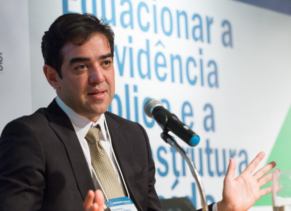Ministro Bruno Dantas tem livros lançados em sessão de autógrafos